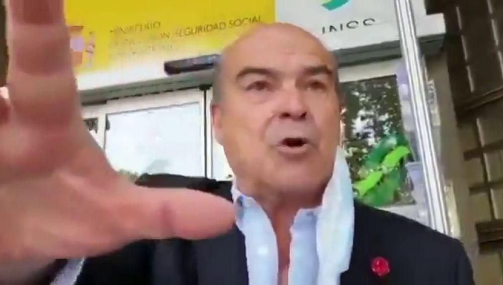 """Antonio Resines muy cabreado a la puerta de una oficina de la Seguridad Social: """"Me niegan el paso"""""""