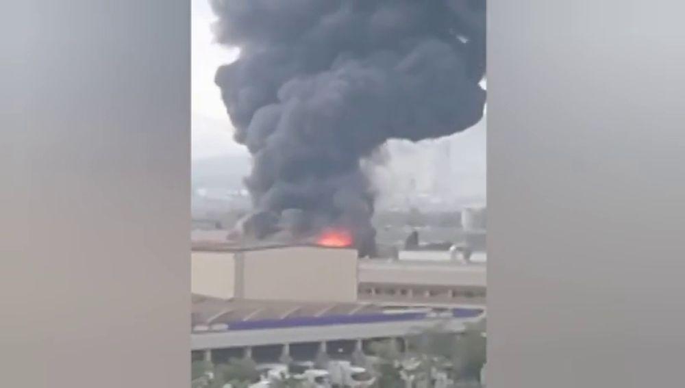 Gran columna de humo en Sant Feliu de Llobregat por un incendio en la empresa alimentaria Dallant