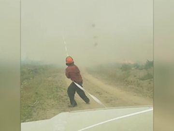 VÍDEO: Un tornado de fuego casi levanta a un bombero por los aires en Canadá