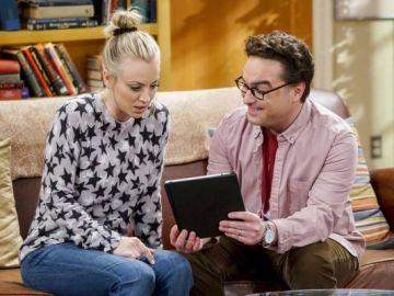 Johnny Galecki y Kaley Cuoco como Leonard y Penny en 'The Big Bang Theory'