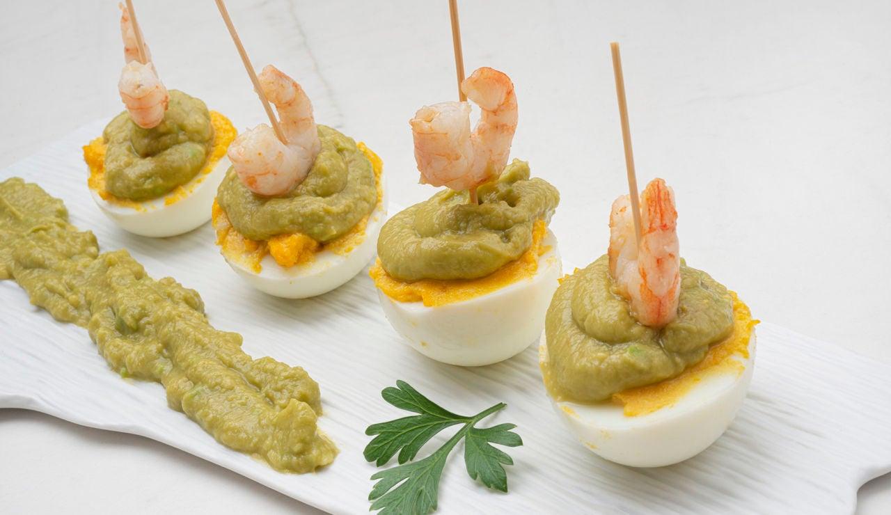 Receta de huevos rellenos con guacamole y gambas