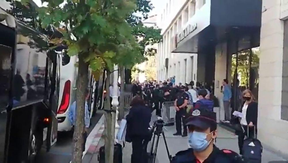 La llegada del Real Madrid a su hotel de San Sebastián a menos de seis horas del partido tras la avería de su avión