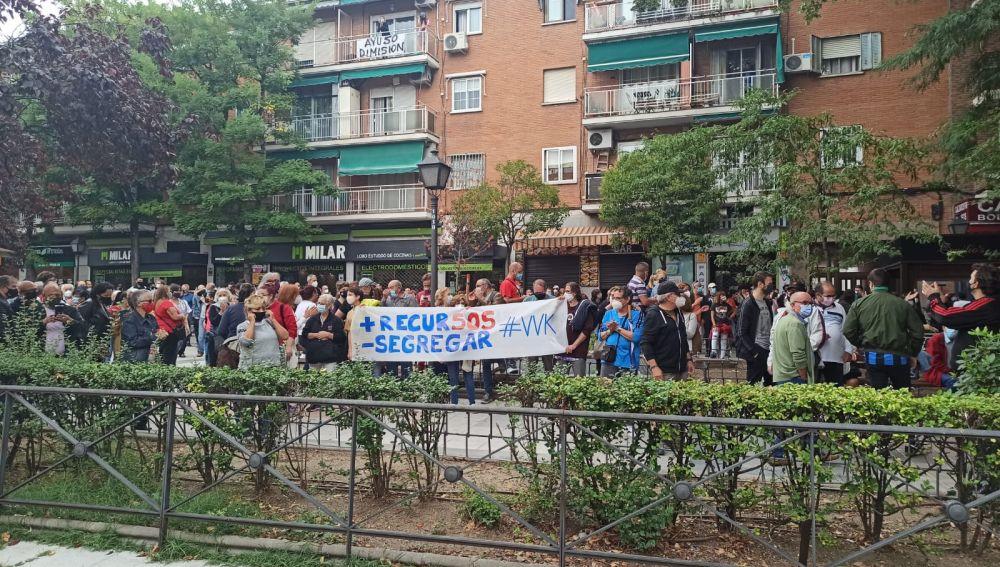 Vecinos de Villa de Vallecas protestan contra las nuevas restricciones