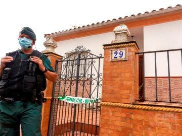 Un agente de la Guardia Civil de Zafra (Badajoz) vigila la vivienda del autor confeso de Manuela Chavero