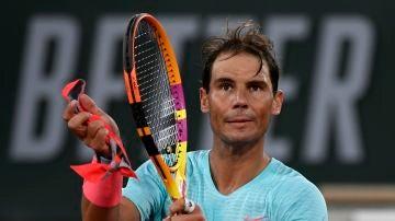 Rafa Nadal aplaude tras su victoria en su estreno en Roland Garros