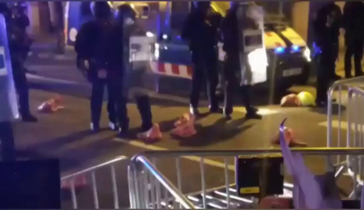 Lanzan cabezas de cerdo a los Mossos en la protesta en Barcelona contra la inhabilitación de Quim Torra