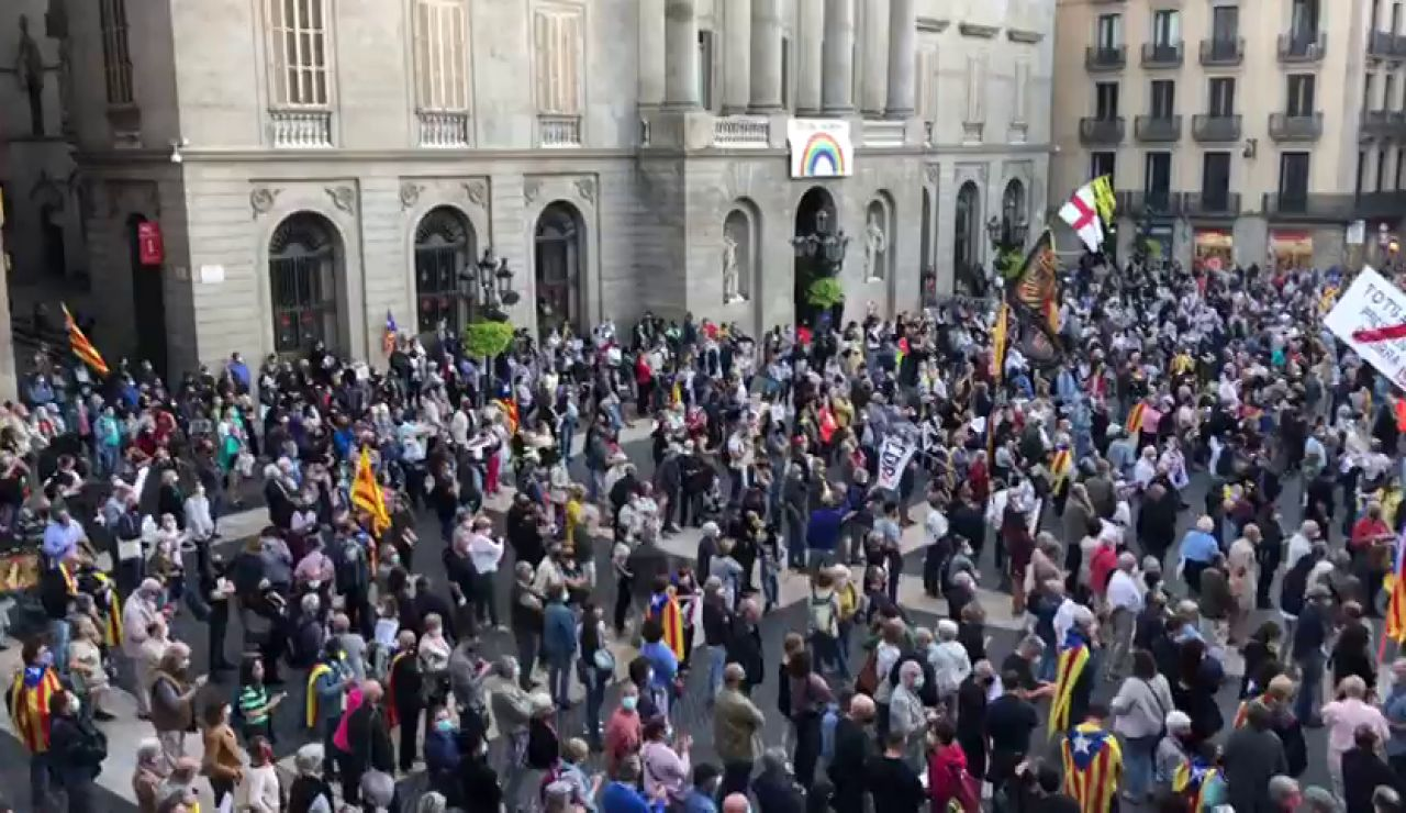 Cientos de personas se concentran en la plaza de Sant Jaume tras la inhabilitación de Quim Torra