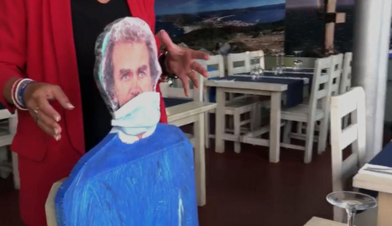 Un local de Fisterra, A Coruña, coloca siluetas de personajes populares para mantener la distancia frente al coronavirus.