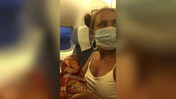 La inventiva forma con la que esta mujer come con la mascarilla puesta ¿bien o mal?