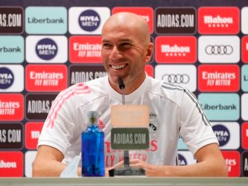 Zidane bromea en la sala de prensa