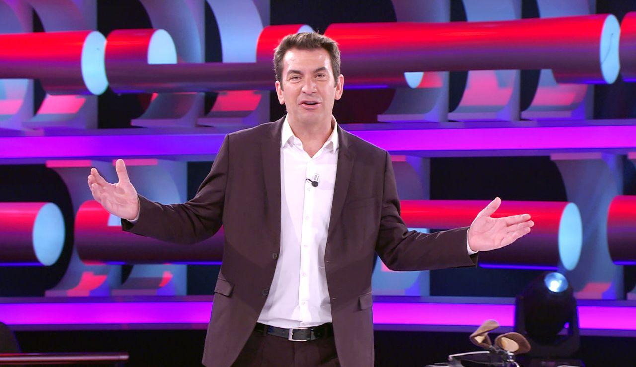 La flipante coincidencia de dos concursantes que hace a Arturo Valls presentar la versión italiana de '¡Ahora caigo!'