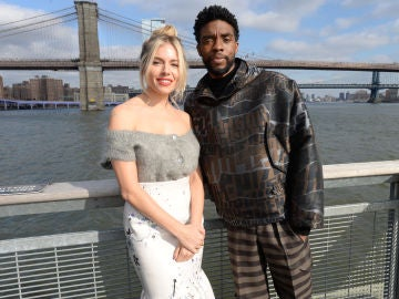 Chadwick Boseman y Sienna Miller