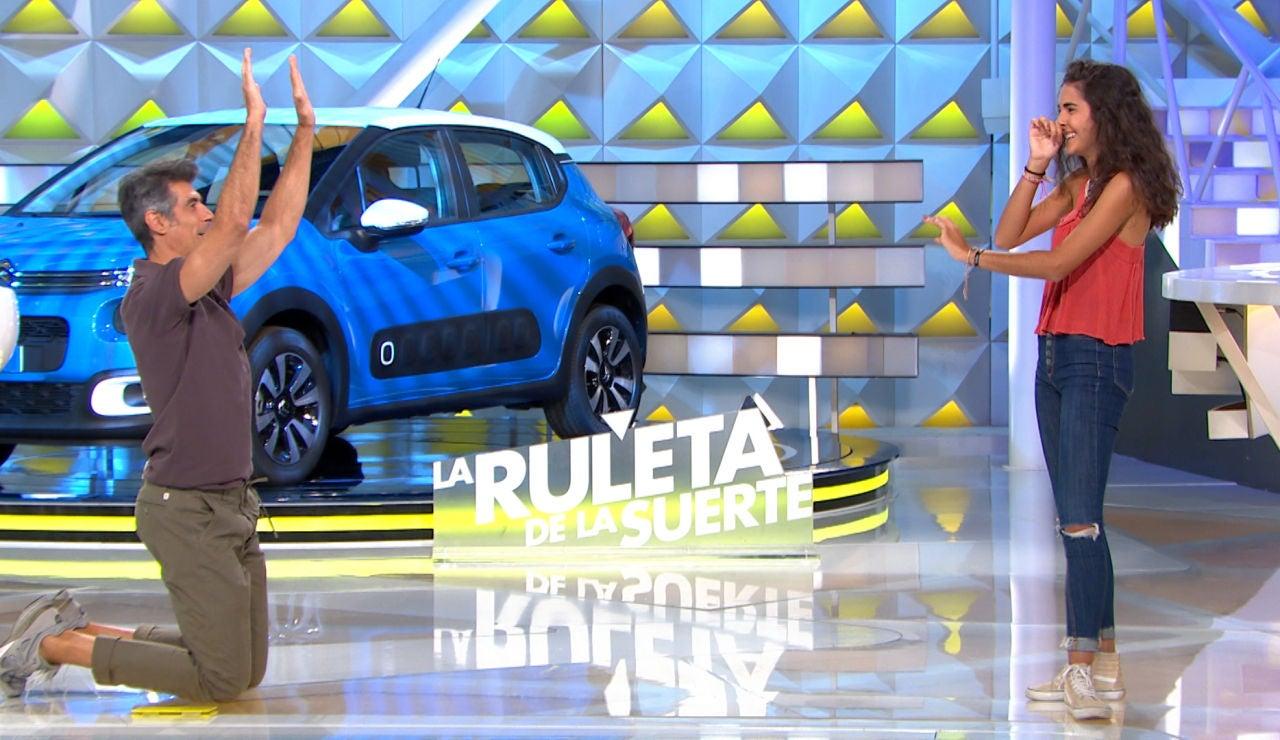 """Jorge Fernández se arrodilla ante una concursante de 'La ruleta de la suerte': """"No es fácil hacer esto"""""""