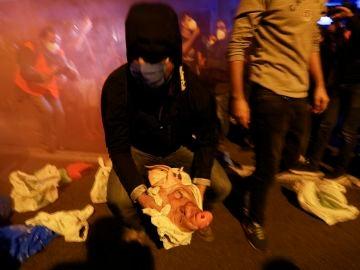 Miembros de los CDR arrojan cabezas de cerdo a los Mossos d'Esquadra