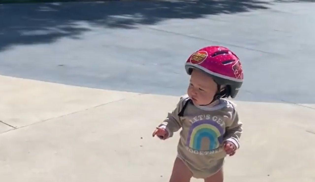 Polly Gray, la niña de 11 meses que triunfa en TikTok patinando