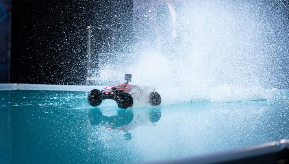¿Es posible conducir sobre el agua? Pablo Alborán alucina con el experimento de Marron en 'El Hormiguero 3.0'