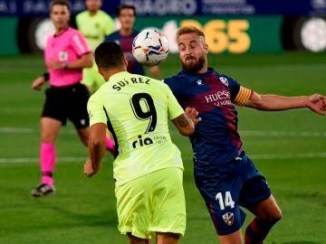 Jorge Pulido y Luis Suárez luchan por un balón