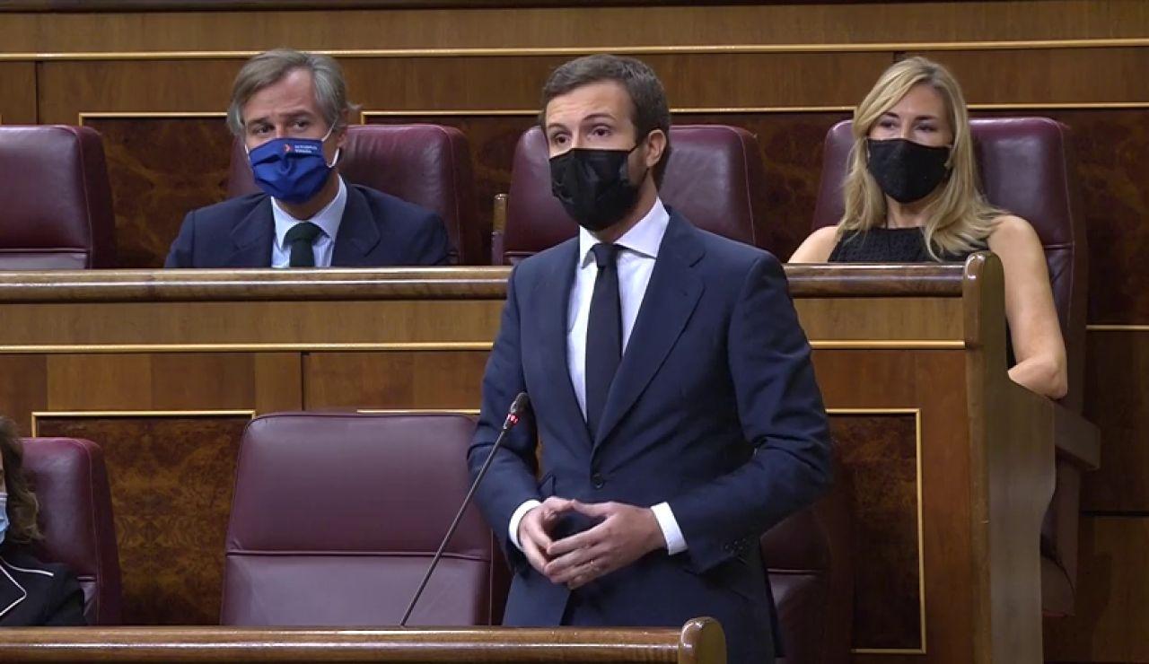 Pablo Casado acusa al Gobierno de arruinar las instituciones por unos votos y Pedro Sánchez responde que no se invente amenazas