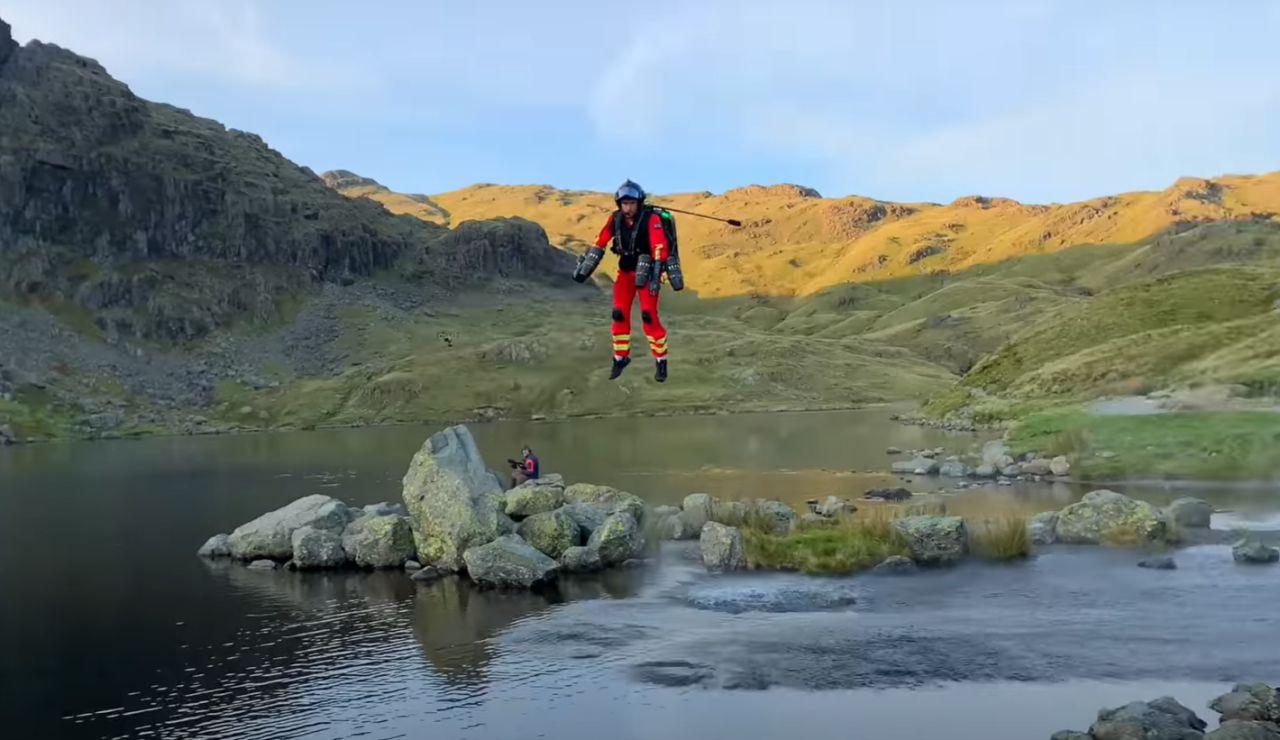 Reino Unido experimenta con un 'jet suit' para rescatar a víctimas en zonas remotas de las montañas
