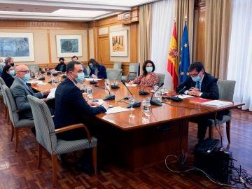 El ministro de Sanidad, Salvador Illa (d), preside la reunión del Consejo Interterritorial del Sistema Nacional de Salud