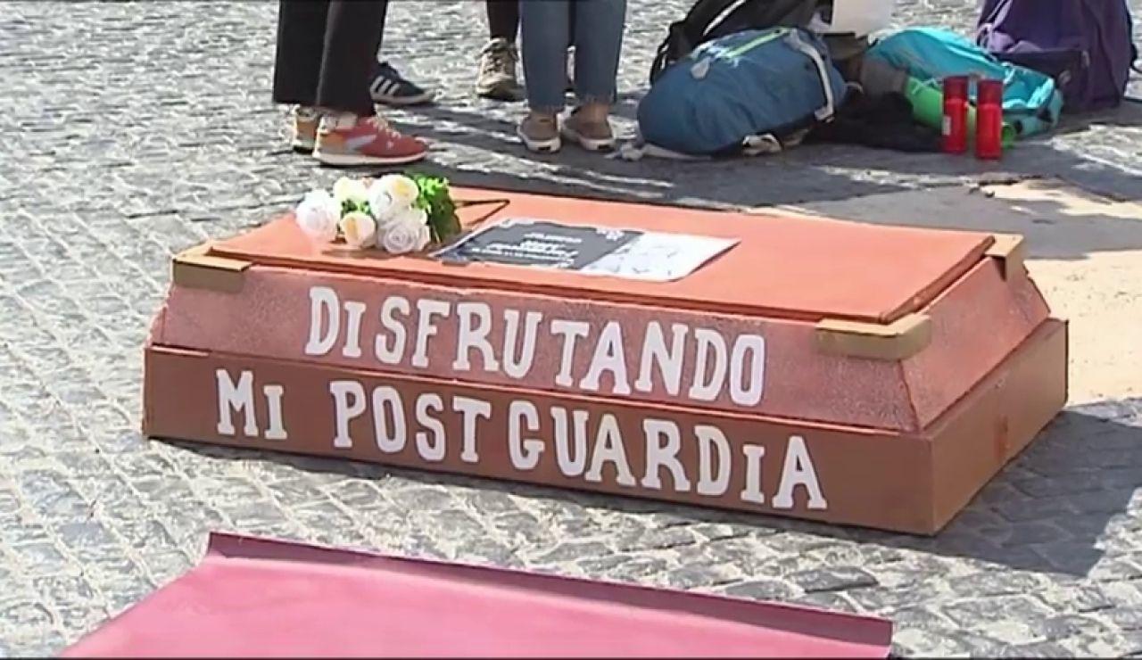 Los médicos MIR se concentran en la plaza de Cataluña en su sexto día de huelga para pedir mejores laborales, salariales y formativas