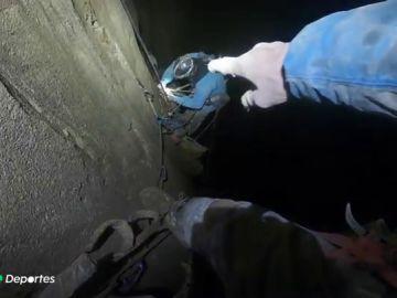 """Dos escaladores descienden y escalan el Pozo MTDE en Cantabria: """"Es un sitio muy chungo"""""""
