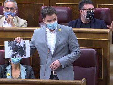 Bronca en el Congreso con Gabriel Rufián exhibiendo una foto de Felipe VI de niño con Franco