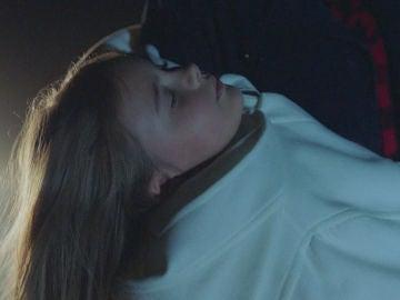 Marta, inconsciente, vuelve a los brazos de Alma, ¿qué pretende hacer con ella?
