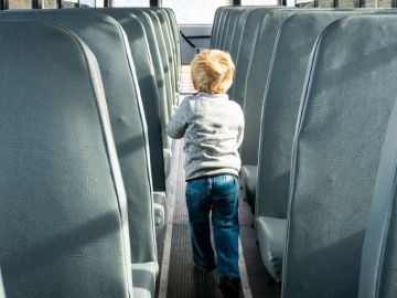 Un niño en un autobús