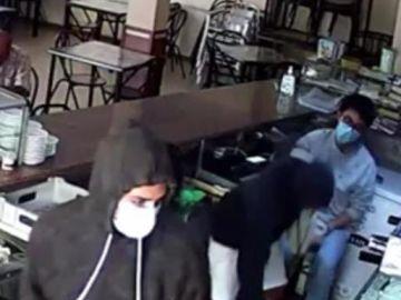 Imagen de la cámara de seguridad del atraco a un bar de Lliria, en Valencia