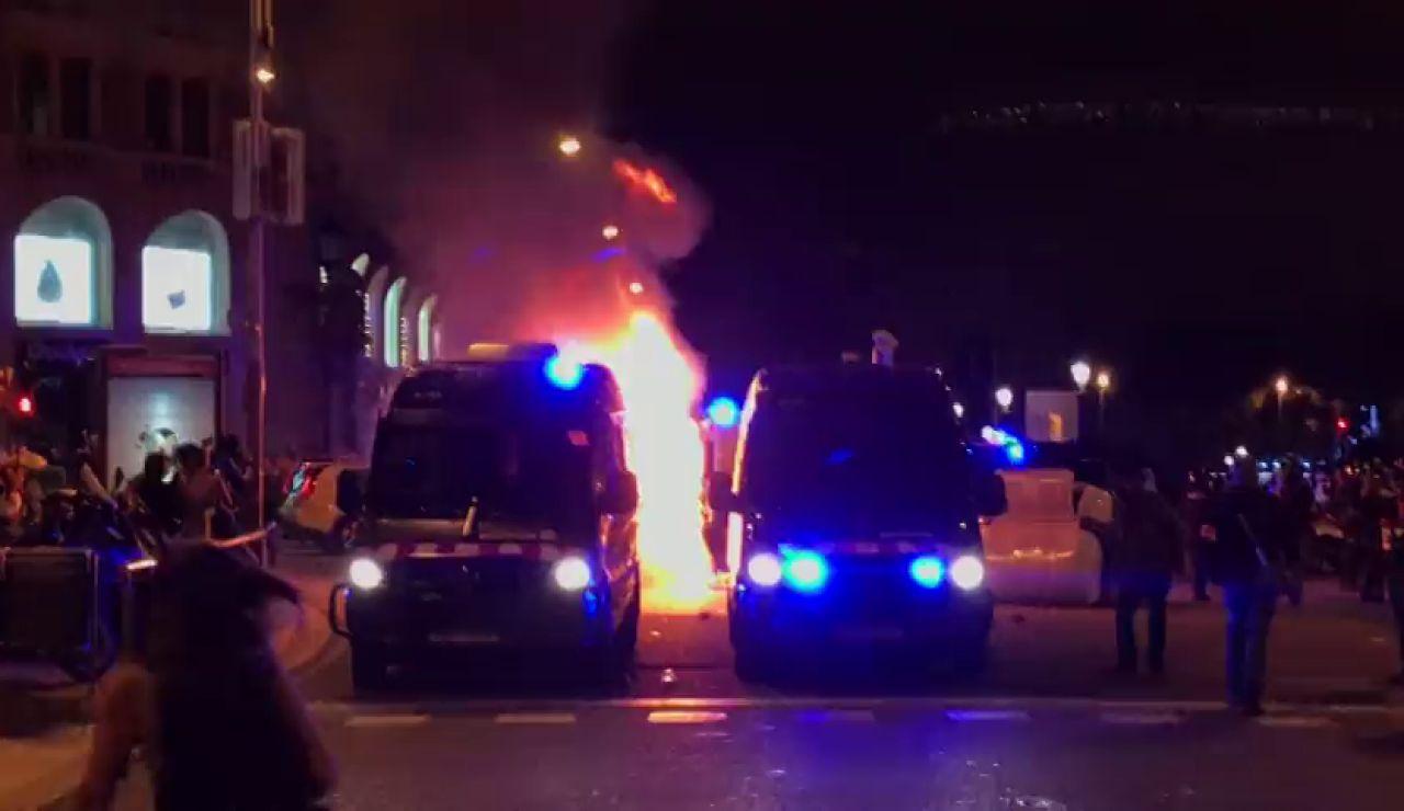Quema de contenedores y lanzamiento de pirotecnia contra los Mossos en varias marchas en Cataluña