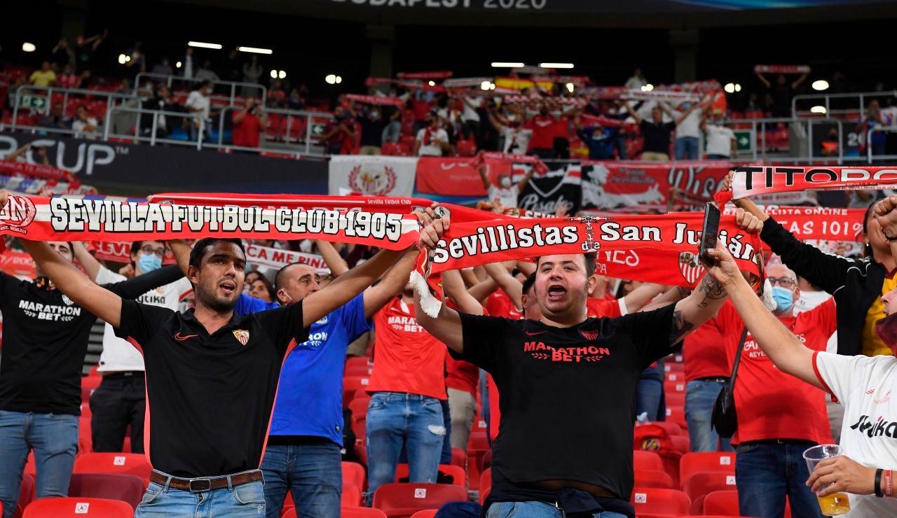 Aficionados del Sevilla en la Supercopa de Europa, en el Puskas Arena