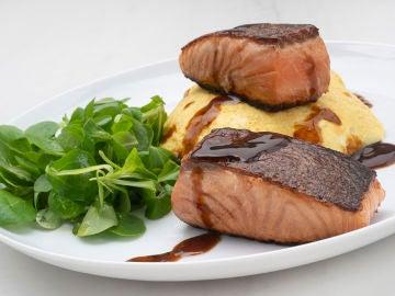 Receta de salmón marinado con arroz y tortilla