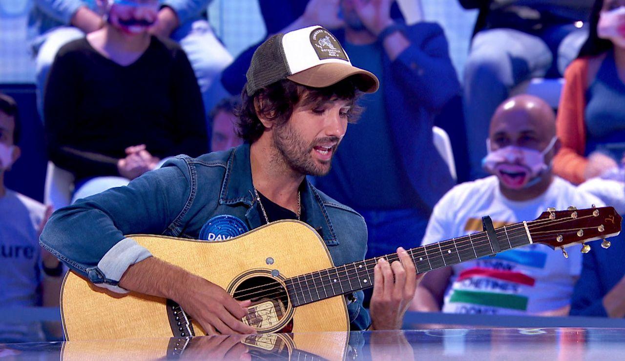 ¡Un mix fabuloso! David Otero toca la guitarra y canta junto a Roberto Leal en 'Pasapalabra'
