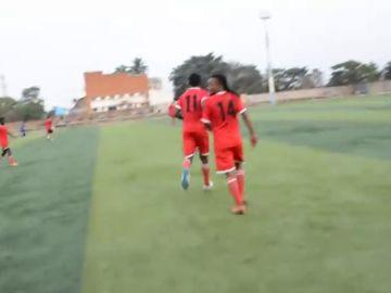 """Julio César Gómez, entrenador de fútbol en la RD del Congo: """"Aquí cuando un jugador lo hace bien la afición le lanza billetes"""""""