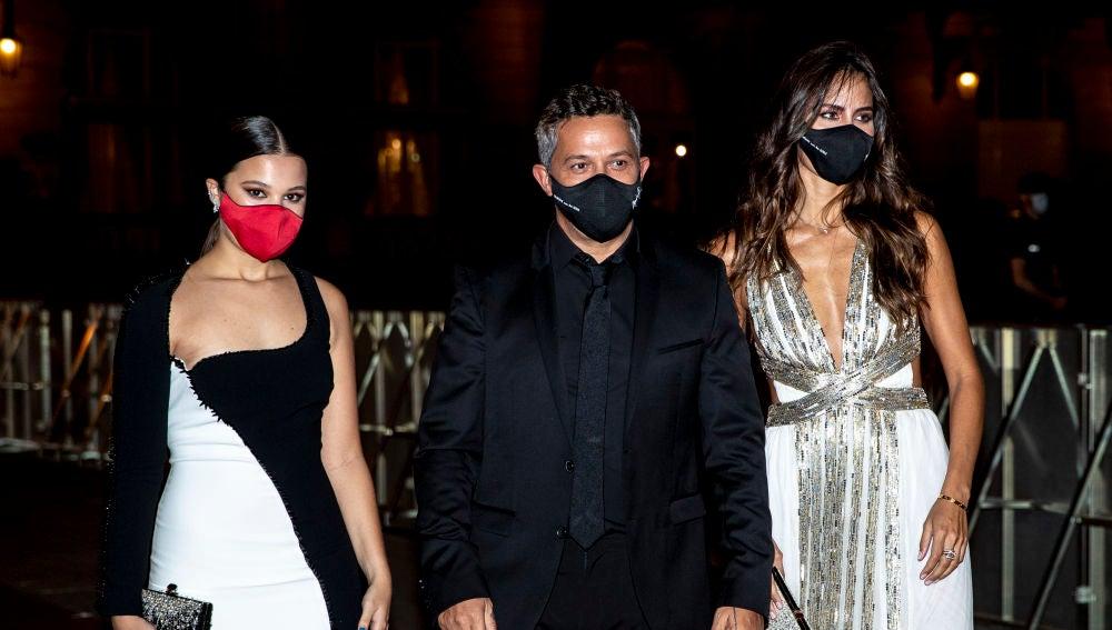 Manuela junto a su padre, Alejandro Sanz, y la novia de este, Rachel Valdés