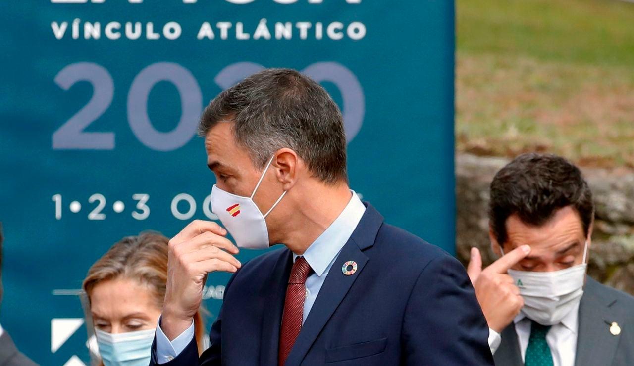 El presidente del Gobierno Pedro Sánchez, junto a la diputada del PP Ana Pastor (i) y el presidente de Andalucía Juanma Moreno (d), a su llegada a la clausura del Foro La Toja 2020, esta mañana en la isla de La toja, en O Grove, Pontevedra.