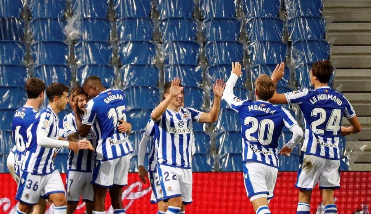Los jugadores de la Real Sociedad celebran su gol.