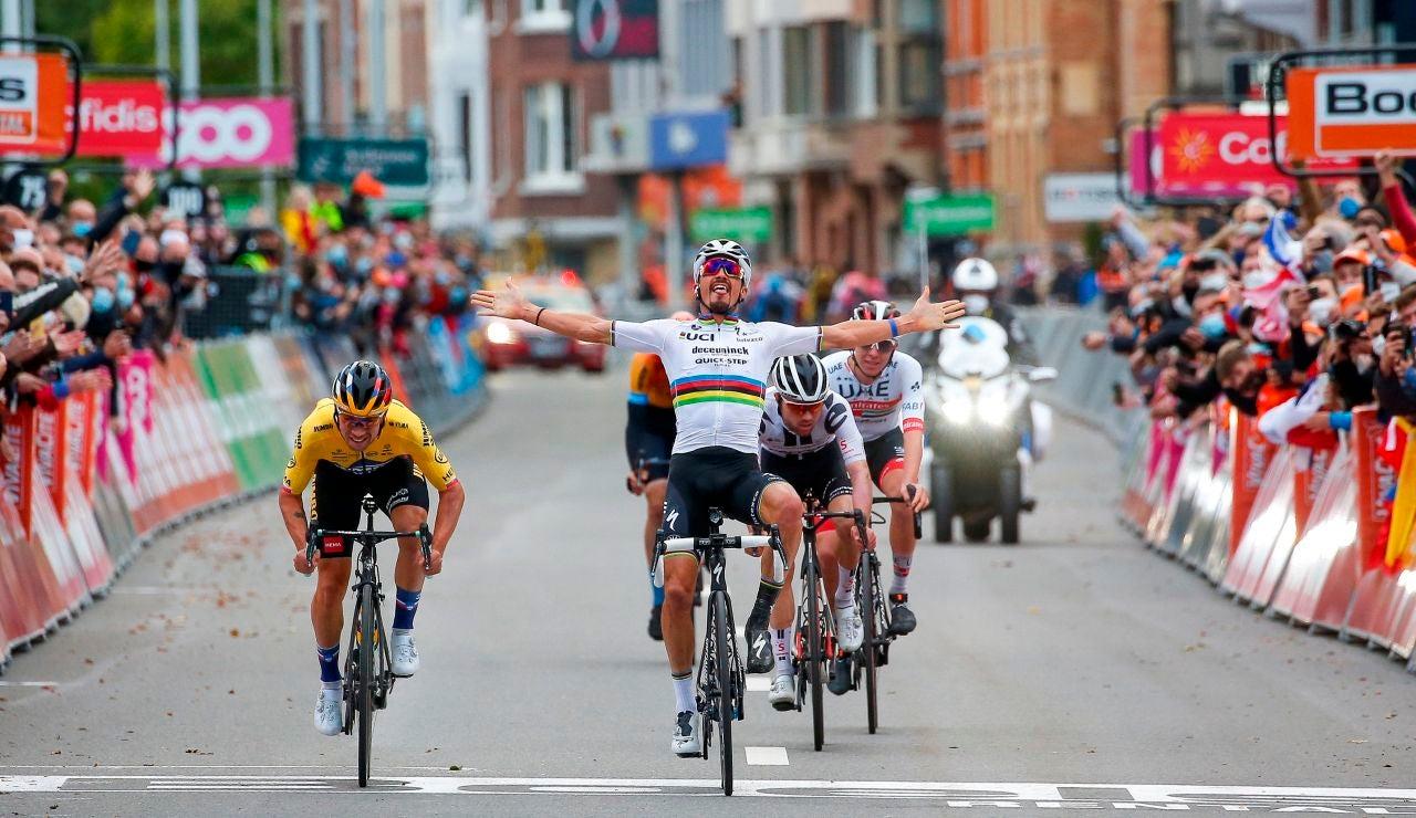Alaphilippe celebra la victoria y Roglic le pasa en la misma línea de meta para ganar en Lieja