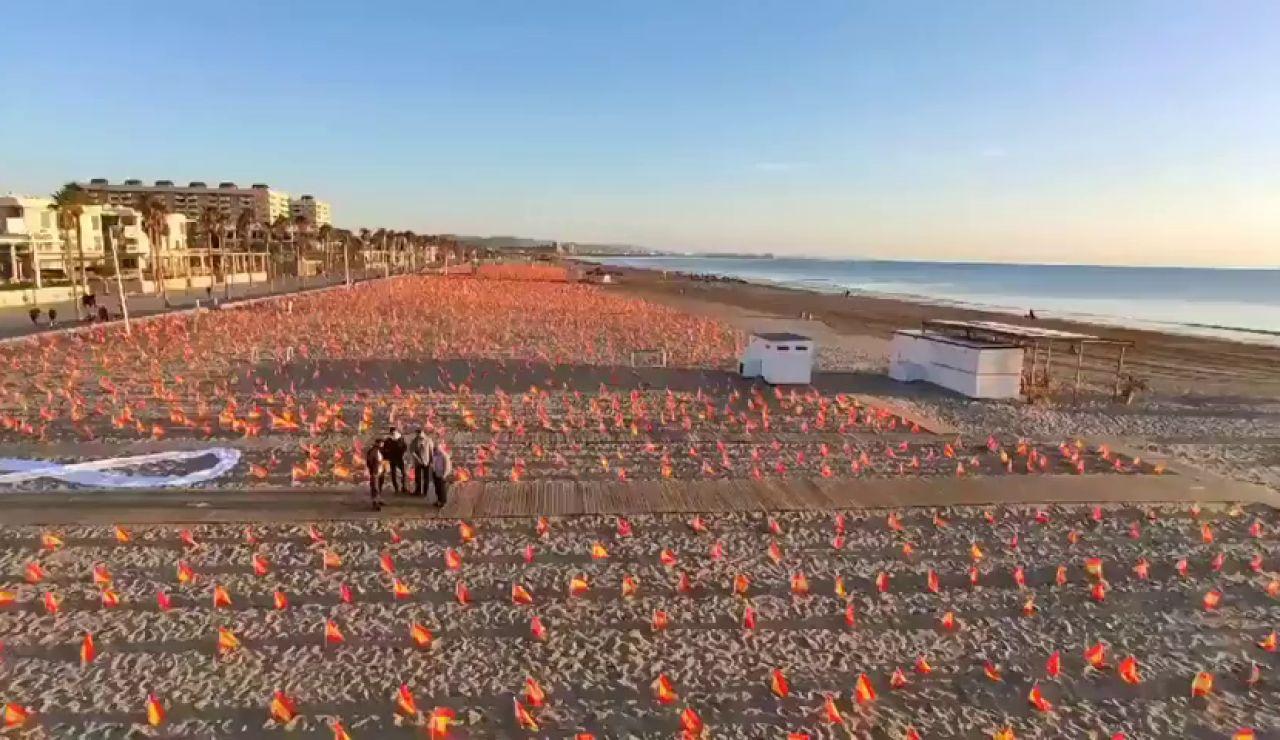 """Colocan  53.000 banderas de España """"en homenaje a los fallecidos por el coronavirus"""" en la playa de la Patacona"""