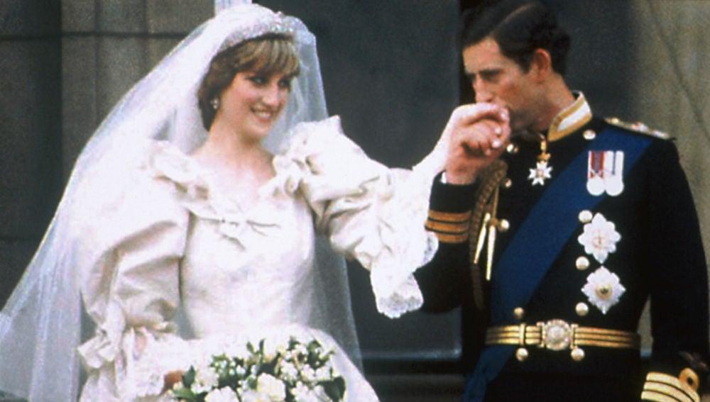 Diana de Gales y el Príncipe Carlos de Inglaterra en su boda