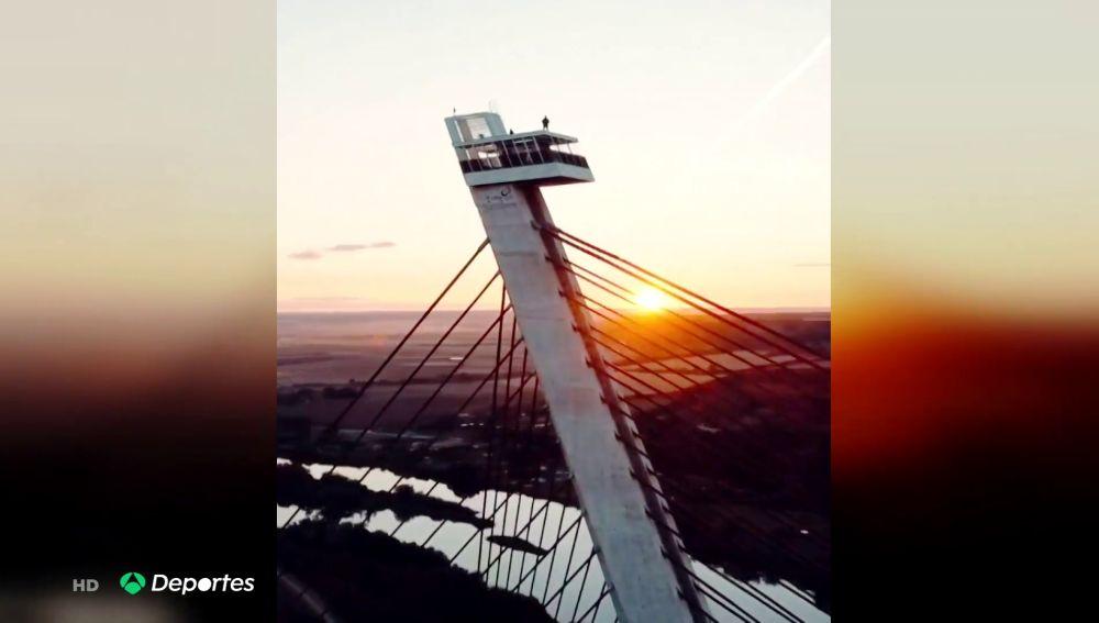 Un 'youtuber' GuilleWhat se juega la vida a 192 metros en un puente de Talavera de la Reina practicando parkour extremo