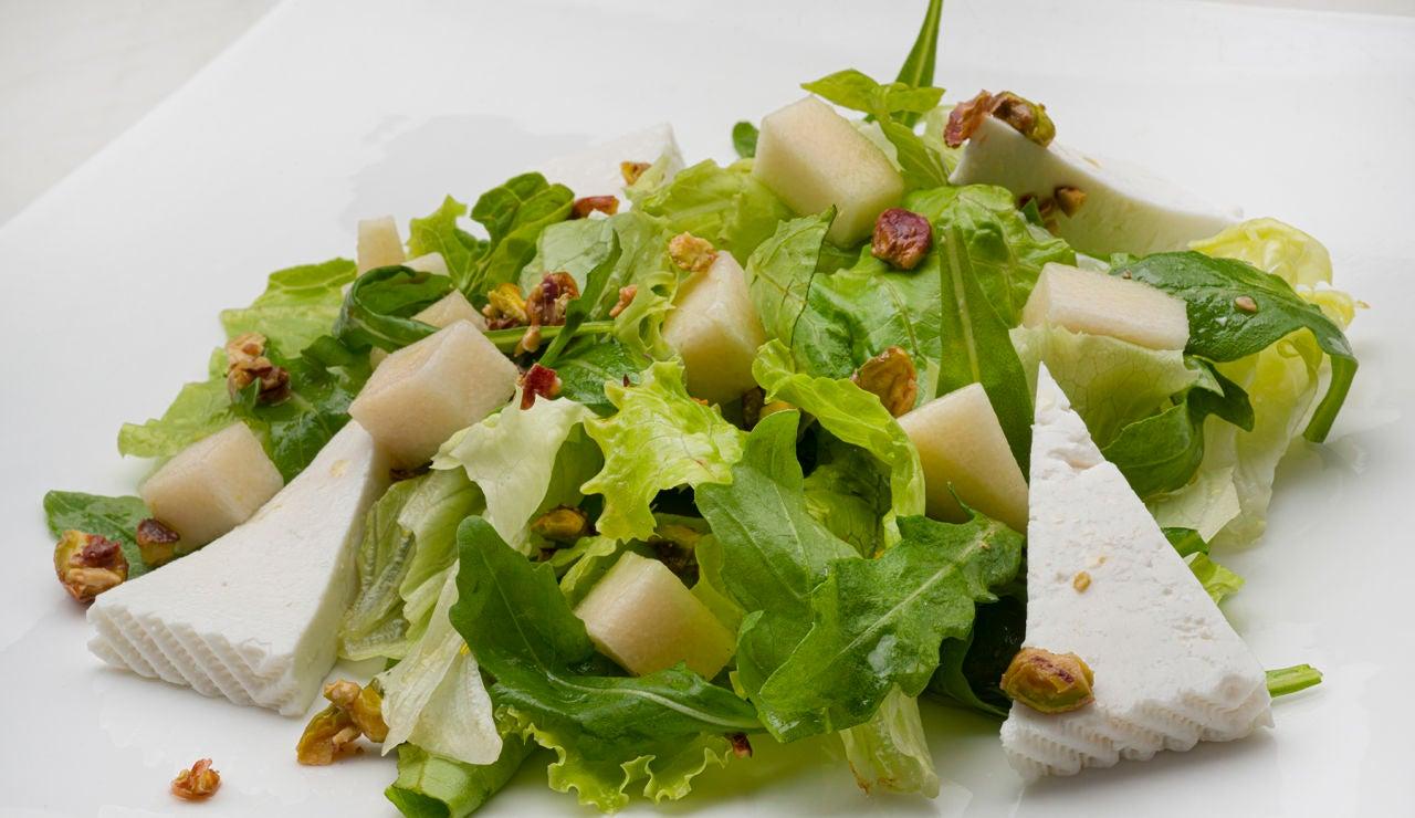 La ensalada más completa de Karlos Arguiñano: de rúcula, pera, queso y pistachos