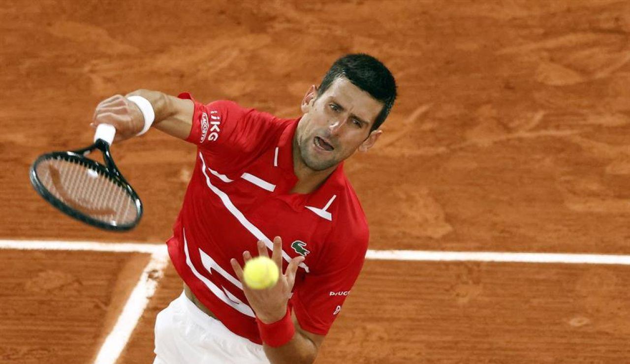 Djokovic vuelve a dar un pelotazo a un juez de línea, pero esta vez no es descalificado