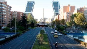 Vista del tráfico en el Paseo de la Castellana a la altura de Plaza Castilla