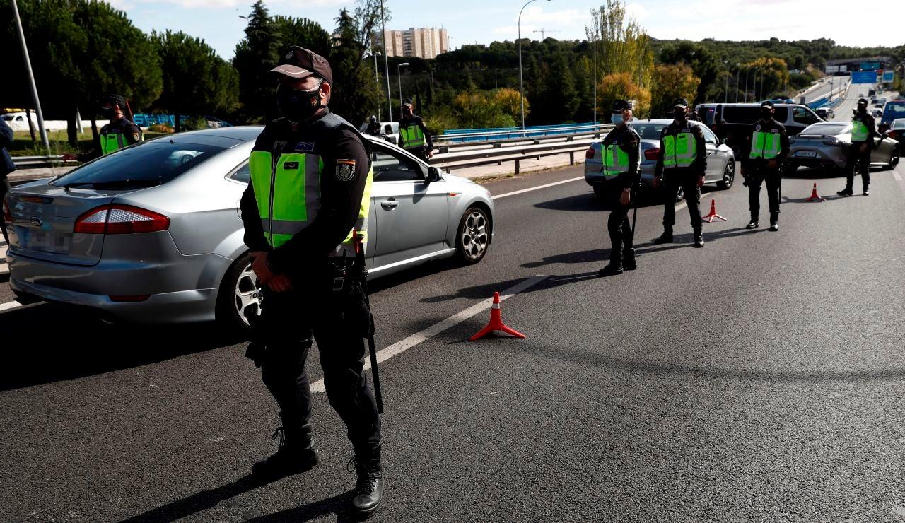 Agentes de la Policía Nacional contralan un acceso a la ciudad de Madrid
