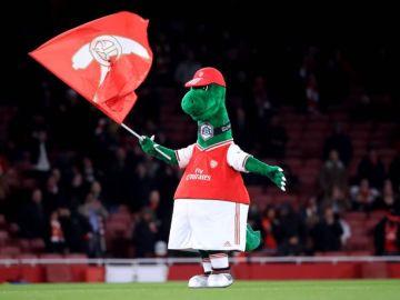 Mesut Ozil pagará el sueldo del hombre detrás 'Gunnersaurus' para que la mascota del Arsenal no desaparezca