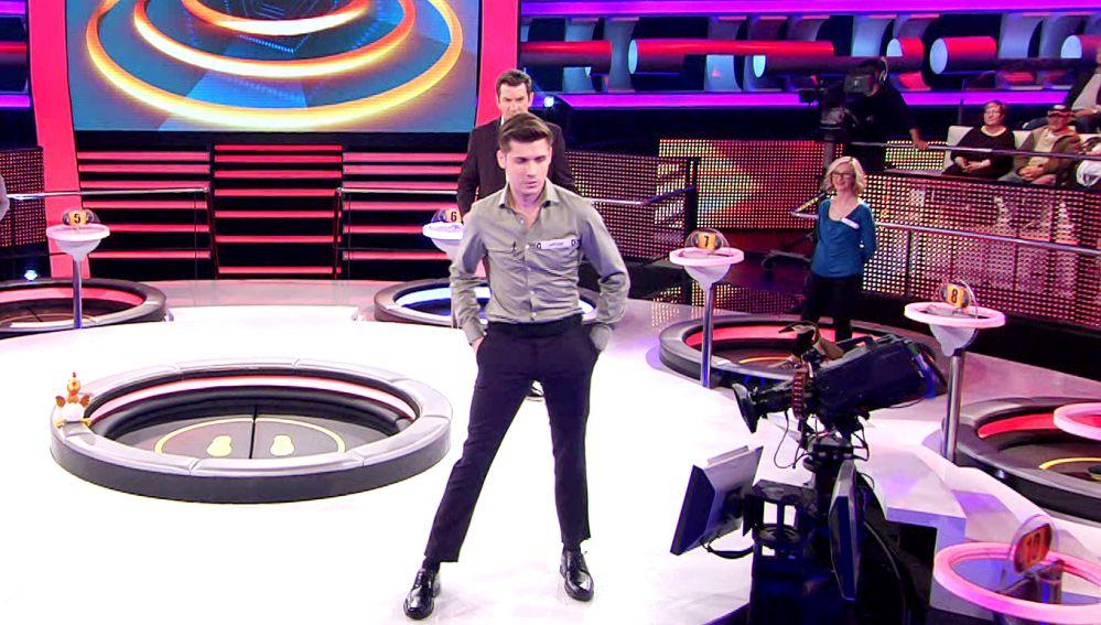 Duelo en la pasarela '¡Ahora caigo!': un concursante enseña a desfilar a Arturo Valls