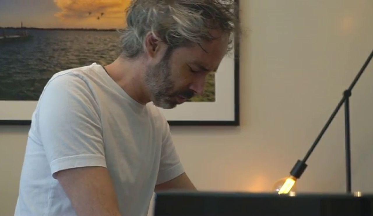 James Rhodes interpreta al piano el Himno de la Alegría en el acto del Gobierno para presentar su Plan de Recuperación