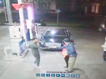 """Salah salva a un mendigo que estaba siendo acosado por unos jóvenes en una gasolinera: """"Algún día podéis veros así"""""""